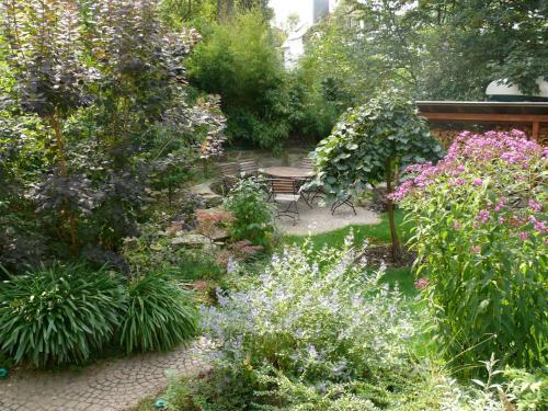 Ein Garten an der Unterkunft Villa Am Park
