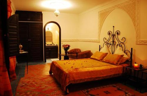 A bed or beds in a room at Riad La Perle de Marrakech