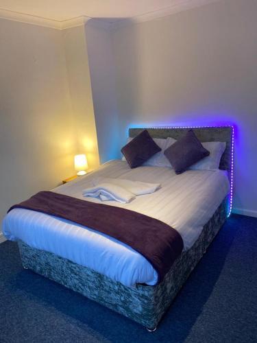 Large modern Beautiful 3 bedroom House - Free WiFi