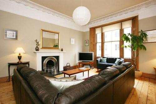 297 - Charming, spacious 2 bedroom apartment in the center of Edinburgh's Old Town