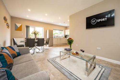 Blossom House - Deluxe 5-Bed in Solihull Close to JLR, NEC & Airport