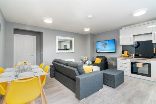 Elegant Flat Near Stonehenge, Amesbury Town Center 55 Inch 4k Smart TV Netflix