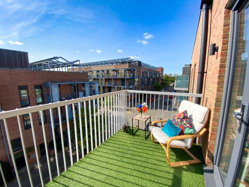Penthouse Apartment in Central MK with Balcony, Free Parking & Netflix by Yoko Property for Contractors, Relocation & Business Travellers