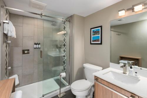 A bathroom at Matterhorn Inn