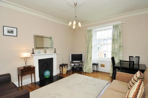 331 Attractive 2 bedroom apartment in Edinburgh's New Town