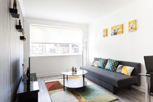 Bowman Gardens Modern 2 bedroom Large Contractor apartment up to 6 people Free Parking by Dream Key Solution