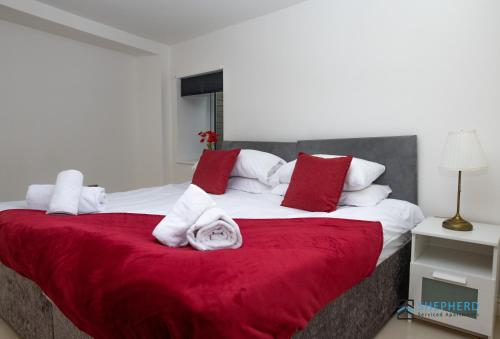Reading City Centre Apartment with Garden by Shepherd Serviced Apartments