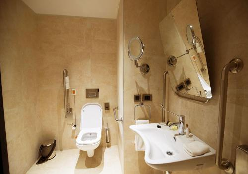 A bathroom at Grand Hotel de Kintele -The Leading Hotels of the World
