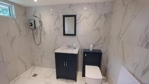 A bathroom at The Garden Room, 1 Heath Cottage
