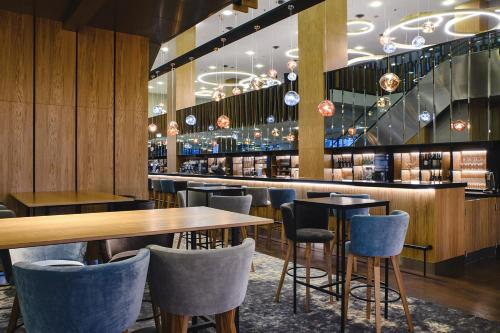 A restaurant or other place to eat at Courtyard by Marriott Warsaw Airport