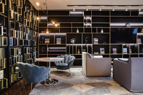 Salone o bar di Courtyard by Marriott Warsaw Airport