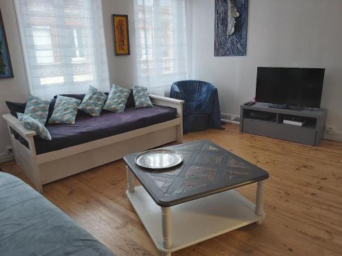 The lounge or bar area at Gîtes Olivia et Élysia 100m à pied de la plage