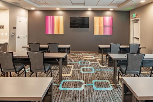 A restaurant or other place to eat at Residence Inn by Marriott Dallas at The Canyon