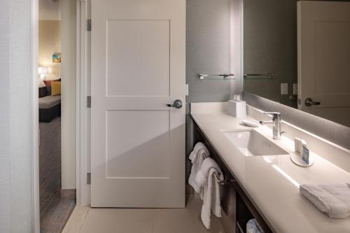A bathroom at Residence Inn by Marriott Dallas at The Canyon