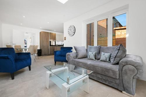 Bracknell Modern and Outstanding 4 Bedroom House, sleeps 8