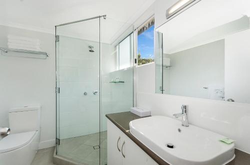 A bathroom at By The Sea Port Douglas