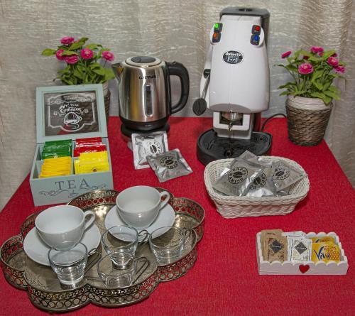 Set per la preparazione di tè e caffè presso B&B Dei Cavalieri