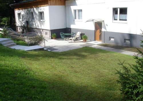 Ein Garten an der Unterkunft Ferienwohnung am Spitzberg