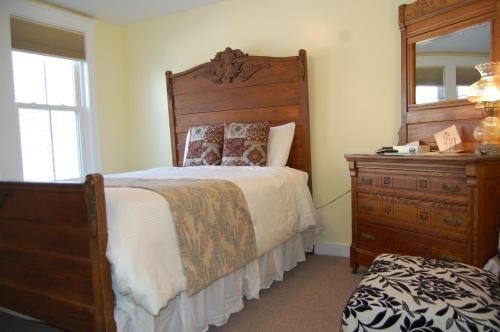 A bed or beds in a room at Cranmore Inn Bed and Breakfast