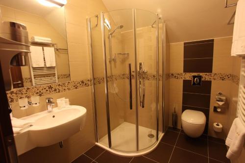 A bathroom at Hotel Sladovna