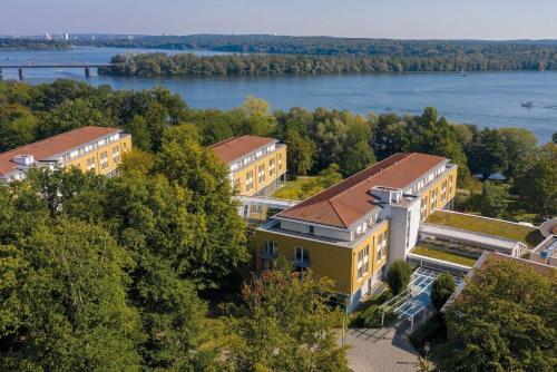 Blick auf Seminaris SeeHotel Potsdam aus der Vogelperspektive
