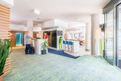 The lobby or reception area at Ibis Styles Wien City