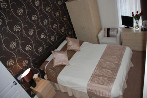 A bed or beds in a room at Wendover Guest House