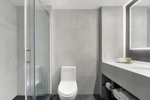 A bathroom at Hotel Bonaventure Montreal