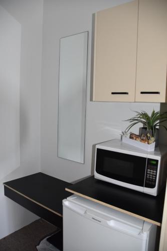 A kitchen or kitchenette at Ballina Homestead Motel