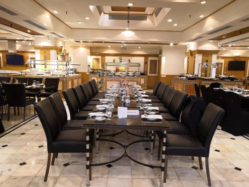 A restaurant or other place to eat at Karachi Marriott Hotel