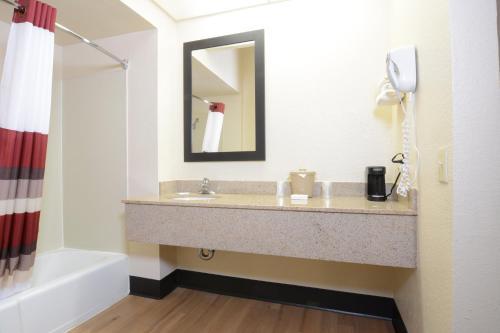 A bathroom at Red Roof Inn San Dimas - Fairplex