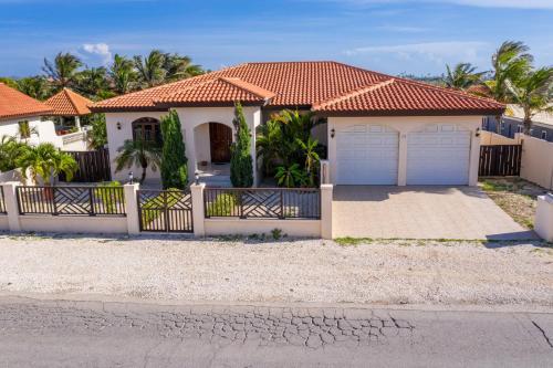 Uma varanda ou outra área externa em Upscale Luxurious Casa Mi Cielo Villa Aruba