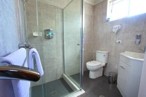 A bathroom at Garden City Motor Inn
