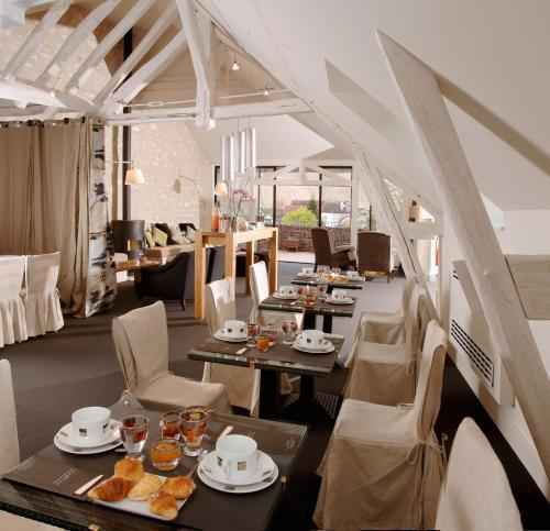 Restaurant ou autre lieu de restauration dans l'établissement Hotel Du Vieux Moulin