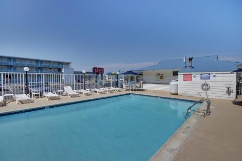 The swimming pool at or near Thunderbird Beach Motel