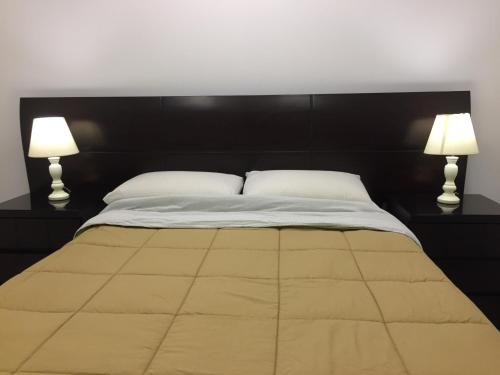 A bed or beds in a room at Plaza Mayor Lima