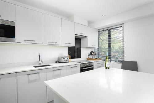 A kitchen or kitchenette at Reading Kings Road Lodge by Creatick Apartments