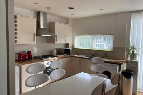 Comfortable Modern House Near Etihad -3BR -sleeps6