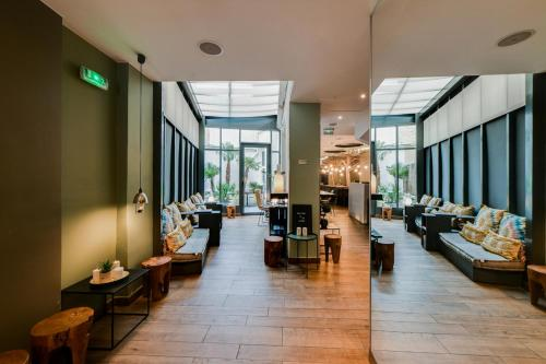 A restaurant or other place to eat at Legend Saint Germain by Elegancia