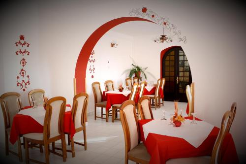A restaurant or other place to eat at Hotel Tivoli