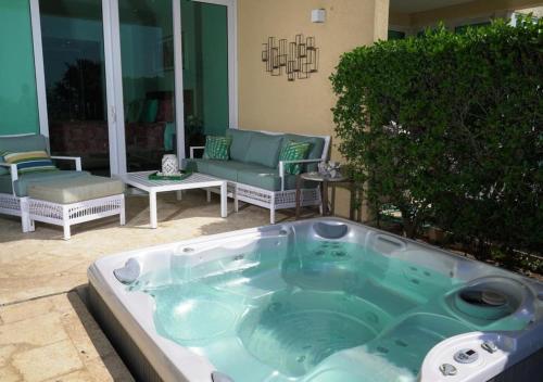 Spa e/ou outras comodidades de bem-estar em Beachfront apartment with private jacuzzi
