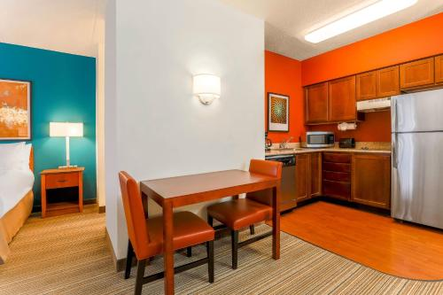 A kitchen or kitchenette at Residence Inn by Marriott Chicago Oak Brook