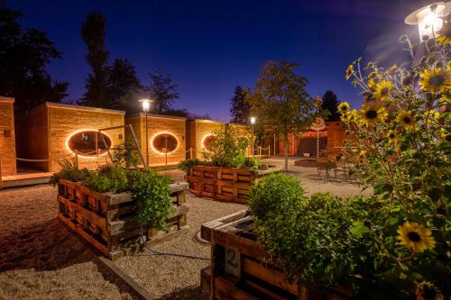 Ein Patio oder anderer Außenbereich in der Unterkunft Zur Post Kümmersbruck Hotel & Tiny Houses