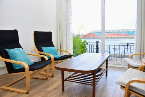 3BR waterfront townhouse in trendy The Shore