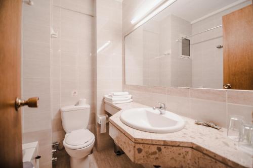 Salle de bains dans l'établissement Kalamaki Beach Resort