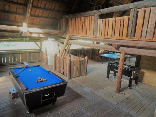 Ein Billardtisch in der Unterkunft Adelwöhrer Das Bauernhaus