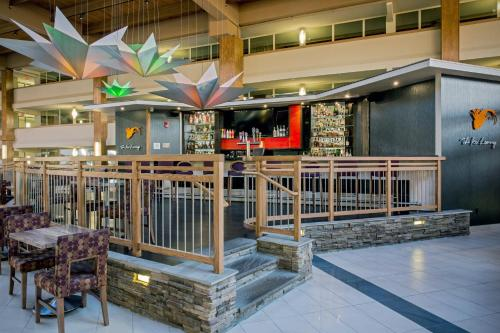 The lounge or bar area at Crowne Plaza Suffern-Mahwah