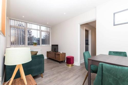 NEW FULLY FURNISHED APARTMENT, Close To Town Centre & Train Station, Abbey 7