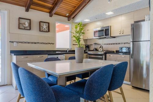 A kitchen or kitchenette at Playa Linda Beach Resort