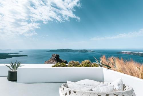 A balcony or terrace at Grace Hotel Santorini, Auberge Resorts Collection